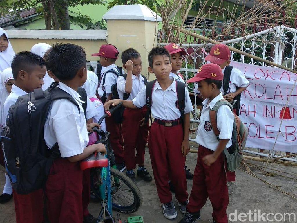 Hari Pertama Masuk, Siswa SD Ini Malah Dapati Sekolahnya Disegel