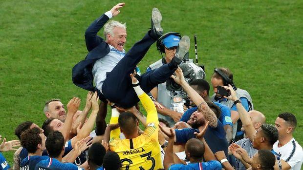 Pelatih timnas Prancis Didier Deschamps diangkat oleh para pemainnya usai mengalahkan Kroasia di final.