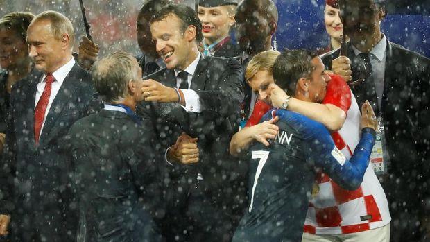 Presiden Kroasia memberi selamat pada Antoine Griezmann dan pemain Prancis lainnya