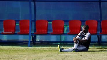 Kante Malu-malu Mau Pose dengan Trofi Piala Dunia