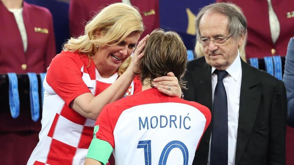 Video: Presiden Kroasia Peluk Hangat Pemainnya yang Basah Kuyup