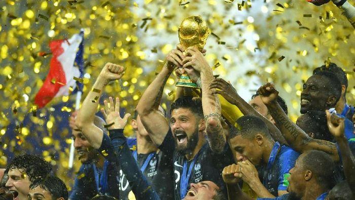 Olivier Giroud mengangkat trofi juara Piala Dunia 2018 bersama Timnas Prancis. (Foto: Dylan Martinez/REUTERS)