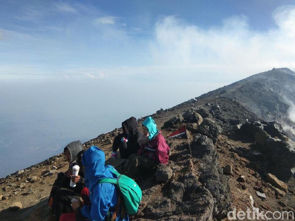Perjuangan Menapaki Gunung Tertinggi Kedua di Pulau Jawa