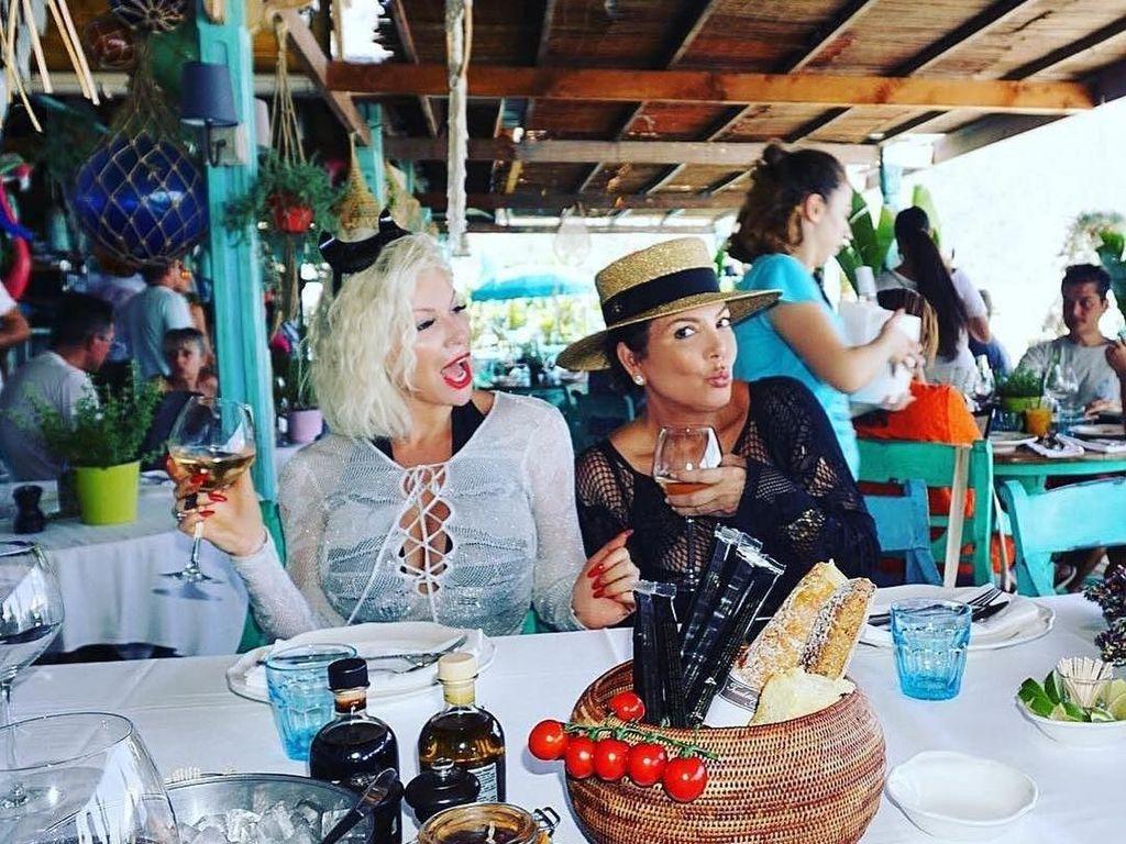 Masih Cantik di Usia 62 Tahun, Begini Gaya Ibunda Kendall Jenner Saat Kulineran