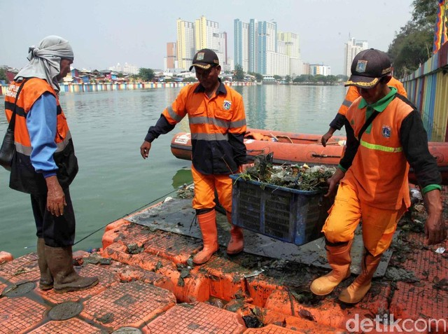 Bersih-bersih Danau Sunter Sambut Asian Games 2018