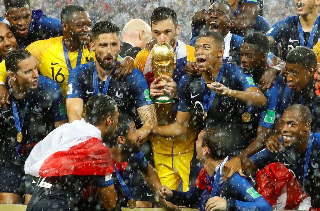 Giroud (sebelah kanan Lloris) yang membawa Prancis juara Piala Dunia 2018