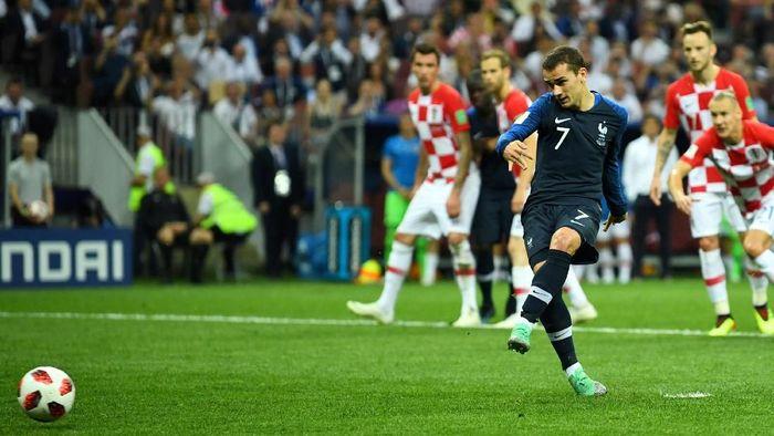 Gol penalti Antoine Griezmann dalam duel Prancis vs Kroasia di final Piala Dunia 2018 (Foto: Dylan Martinez/Reuters)