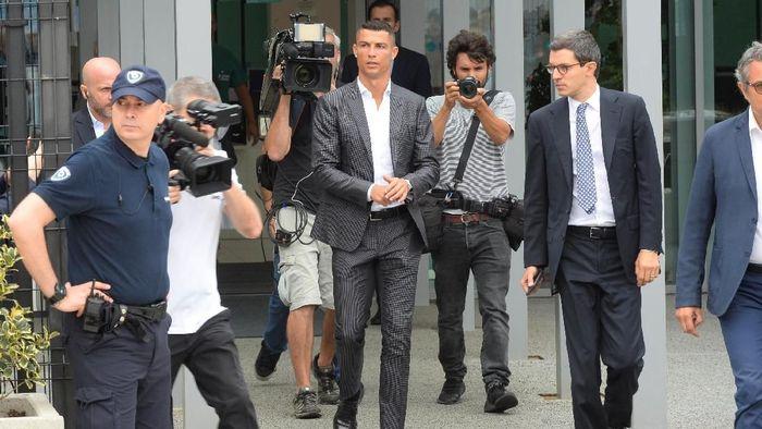 Cristiano Ronaldo resmi diperkenalkan Juventus sebagai penggawa anyar. (Foto: Massimo Pinca/Reuters)