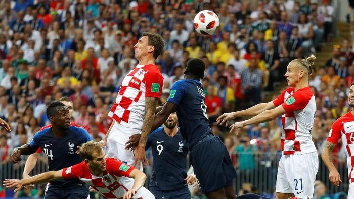 Mario Mandzukic melesakkan gol bunuh diri. (Foto: Kai Pfaffenbach/Reuters)