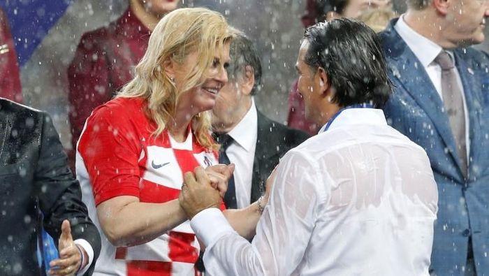 Kolinda Grabar-Kitarovic bersama pelatih Timnas Kroasia, Zlatko Dalic. (Foto: REUTERS/Darren Staples)