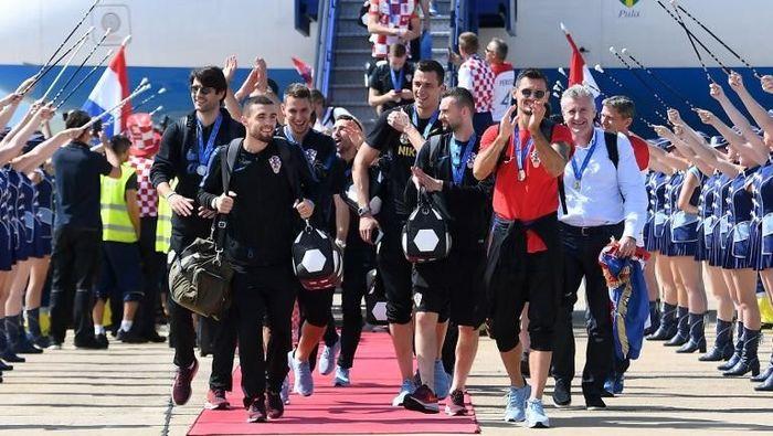 Timnas Kroasia meninggalkan Rusia dan mendarat di ibu kota negara, Zagreb, pada Senin (16/7/2018). Foto: Attila Kisbenedek/AFP