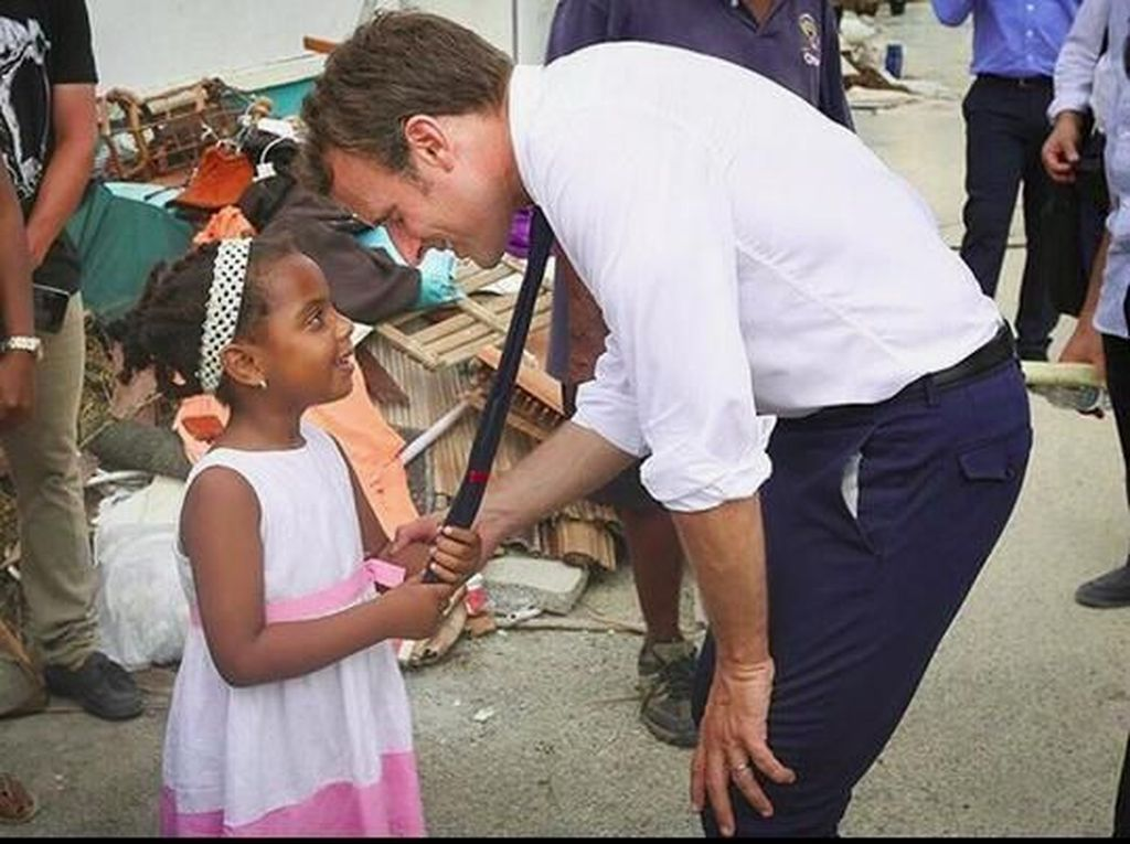 Foto Kedekatan Presiden Prancis dengan Anak-anak
