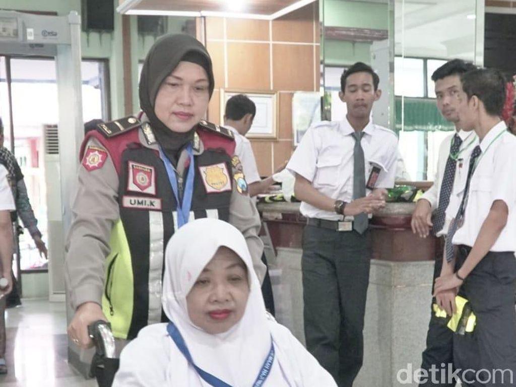 Saat Polisi Amankan dan Layani Calhaj di Asrama Haji Surabaya