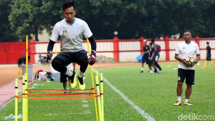 Awan Setho, kiper Timnas, dibela pelatih Bhayangkara FC, Simon Mc Menemy. (Agung Pambudhy/detikSport)