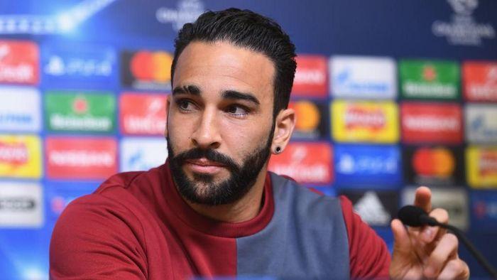 Adil Rami dipecat karena main gulat di TV saat cedera. (Foto: Getty Images)