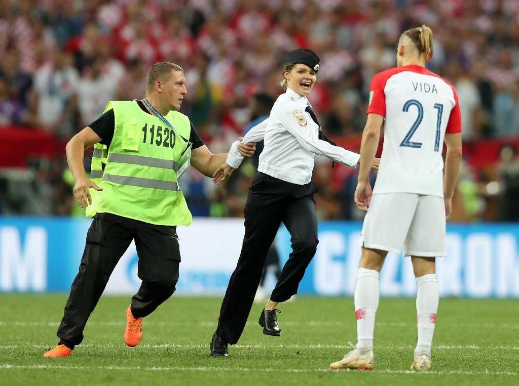 Terobos Final Piala Dunia, Anggota Pussy Riot Dipenjara 15 Hari