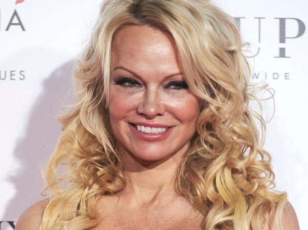 Adil Rami, Pemain Prancis Berkumis Tebal Bikin Pamela Anderson Kesengsem