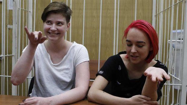 Dua anggota Pussy Riot ketika dipenjara di Moskow usai final Piala Dunia 2018.