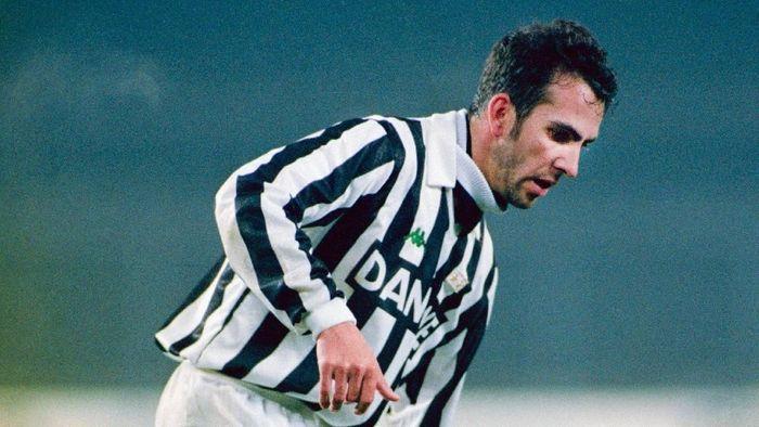 Semasa membela Juventus pada kurun waktu 1990–1993, Paolo Di Canio terlihat pernah mengenakan sejumlah nomor di Juventus. Termasuk nomor 7 pada momen di musim 1990/1991 dan 1992/1993. (Foto: Ben Radford/Allsport/Getty Images)