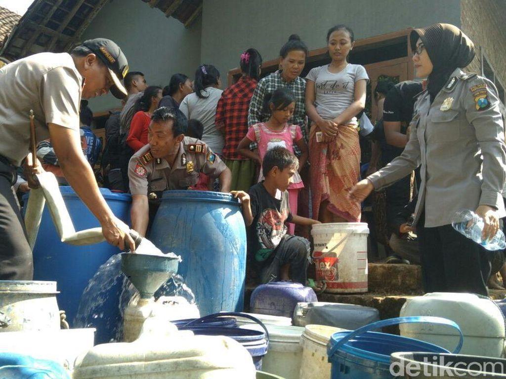 Polisi Terjunkan Water Canon Dropping Air Bersih ke Desa Kekeringan