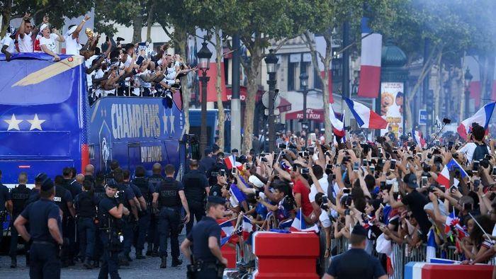 Ratusan ribu orang menyambut kepulangan timnas Prancis yang menjuarai Piala Dunia 2018 (Foto: Eric Feferberg/Pool via Reuters)