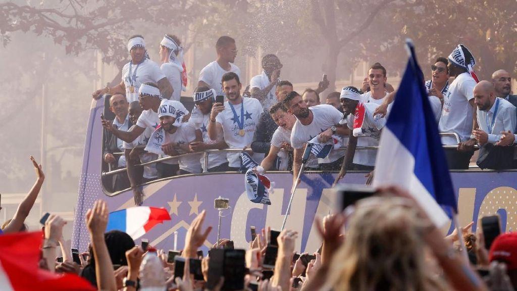 Video: Sambutan Gila Ribuan Warga Prancis untuk Les Blues