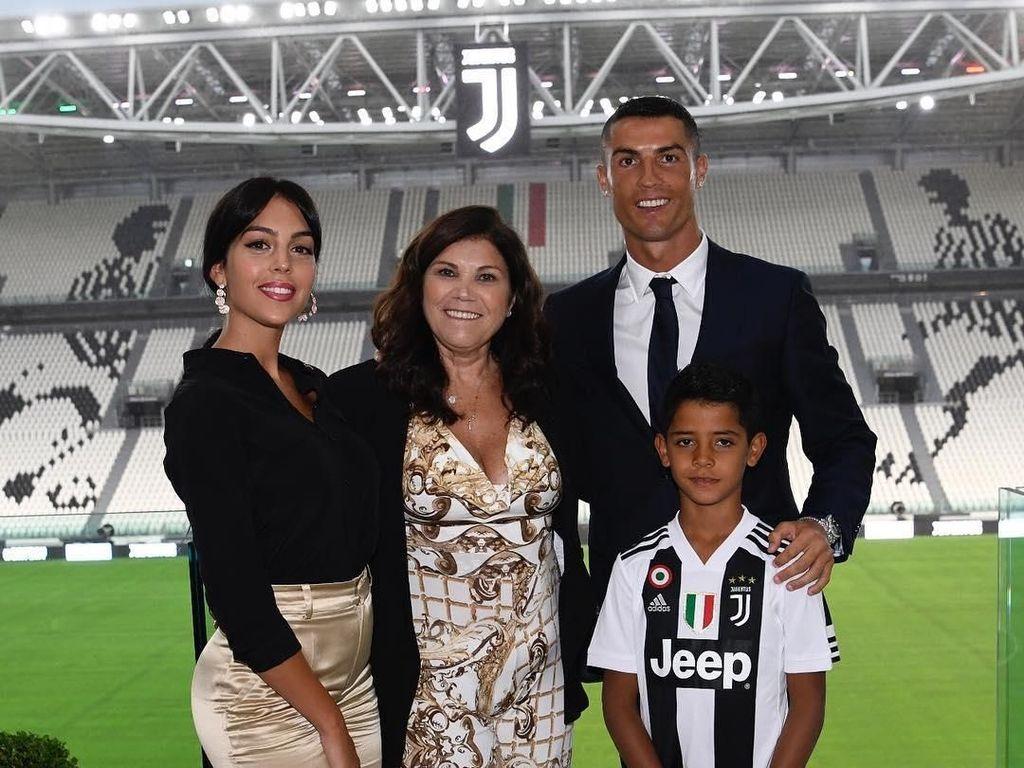 Ronaldo & Keluarga Pamer Foto di Markas Juventus