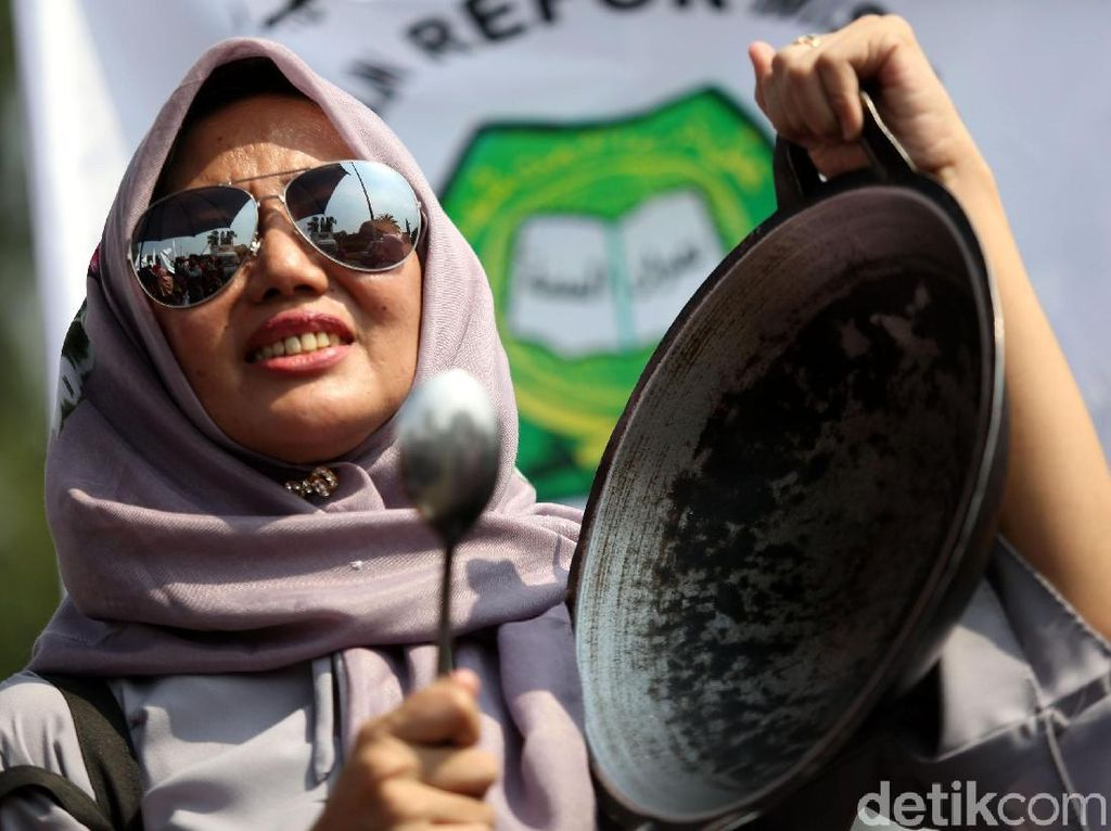 Emak-emak Bawa Wajan Demo di Istana