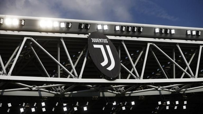 The picture shows the new logo of Juventus before the Italian Serie A football match Juventus Vs Cagliari on August 19, 2017 at the Allianz Stadium in Turin. / AFP PHOTO / Marco BERTORELLO