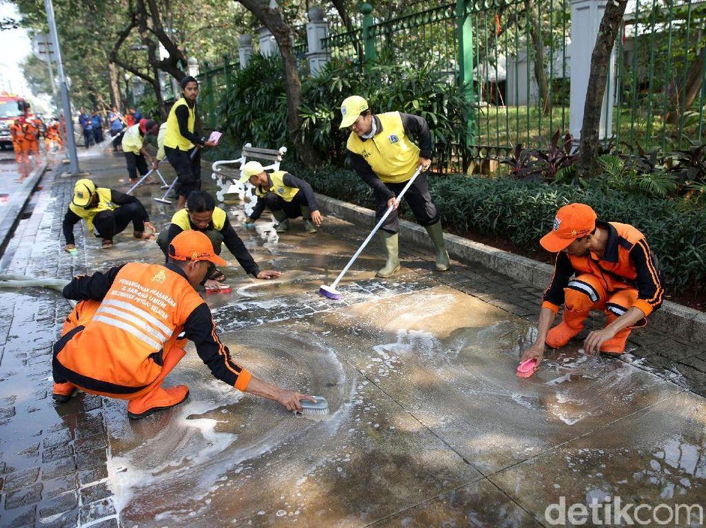 Aksi Pasukan Oranye dan Damkar Bersihkan Trotoar Monas