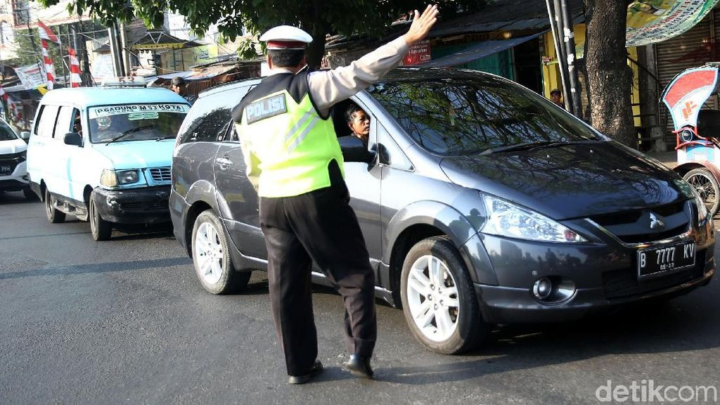 Polisi Alihkan Mobil yang Langgar Ganjil-Genap di Kemayoran