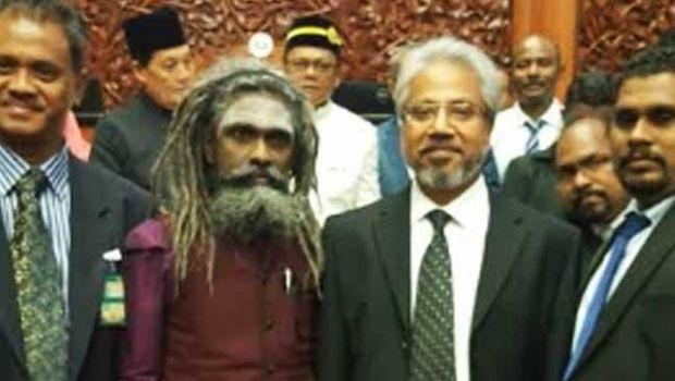 Cendekiawan Hindu, Arunachalanandaji, yang diduga hantu berfoto bersama Waythamoorthy yang baru dilantik sebagai senator