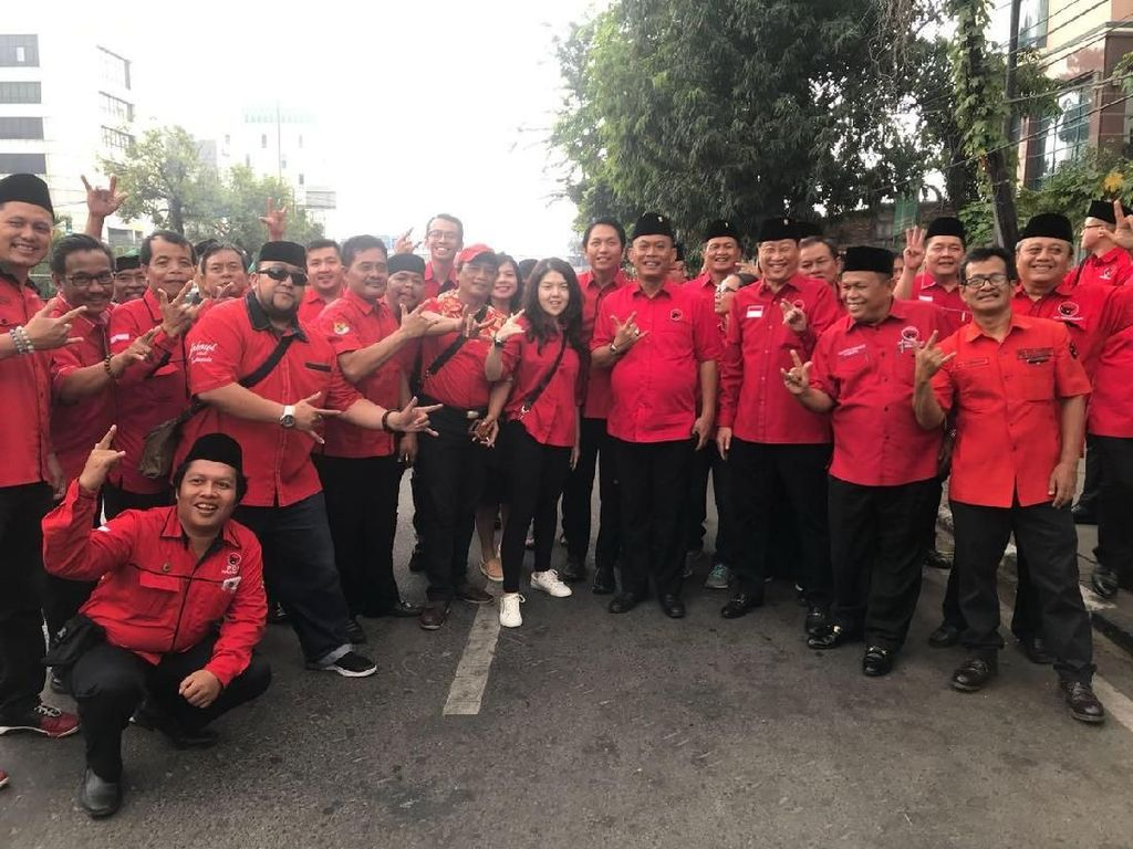 Gaya Metal Tina Toonita, Caleg PDIP DPRD DKI