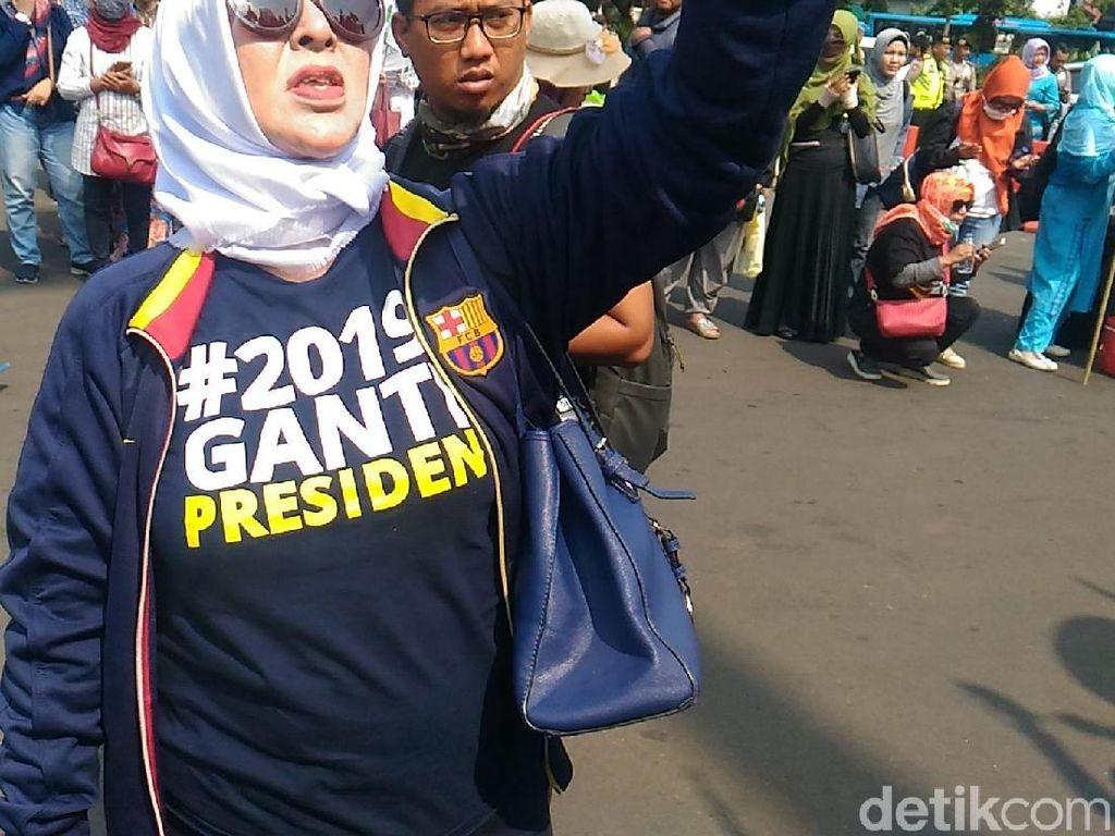 Kaus #2019GantiPresiden Warnai Aksi Emak-emak di Depan Istana