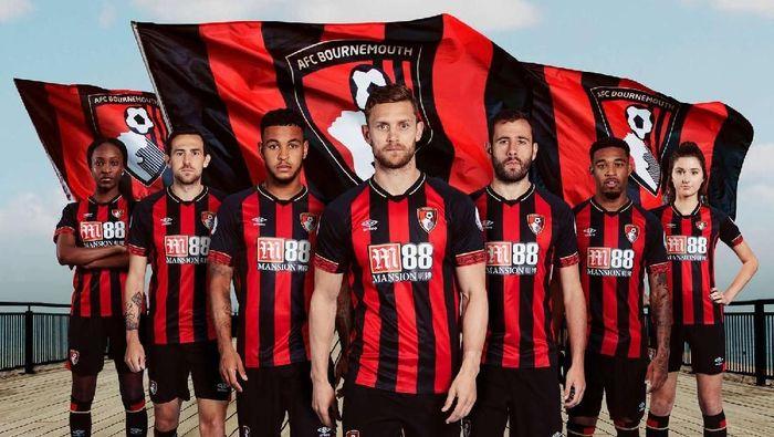 Bournemouth masih menjaga desain garis vertikal merah hitam dalam jersey mereka. Yang berubah adalah bentuk kerah dan kombinasi warna di lengan. (Foto: footyheadlines)