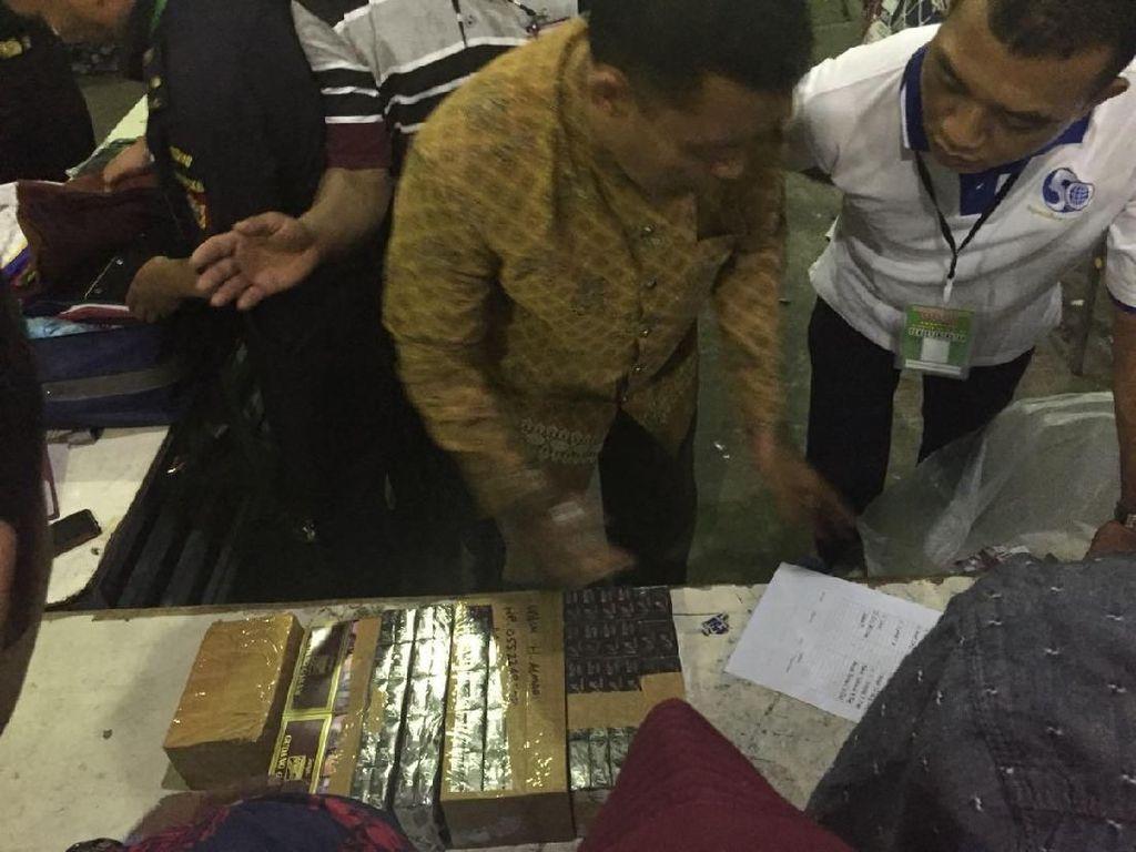 Ratusan Bungkus Rokok Calhaj Disita di Asrama Haji Surabaya