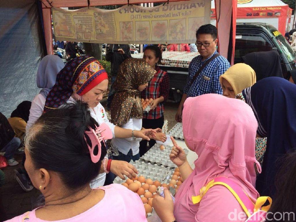 Ibu-ibu Antre Borong Telur Ayam Murah Rp 19.500/Kg