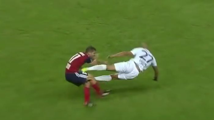 Tekel horor ala tendangan kung fu di partai kualifikasi awal Liga Champions (Foto: Screenshot Youtube)