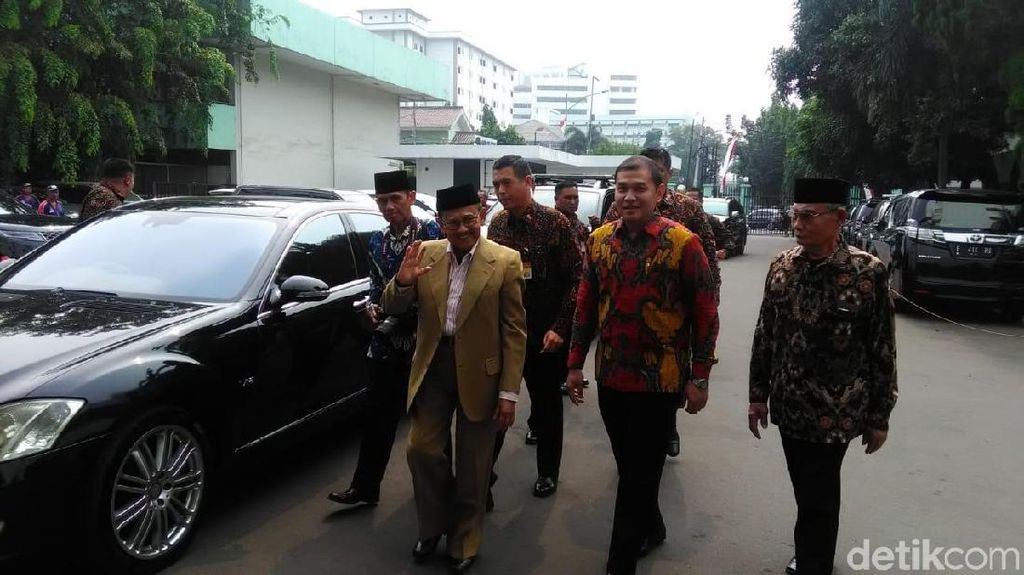 BJ Habibie Jenguk SBY di RSPAD