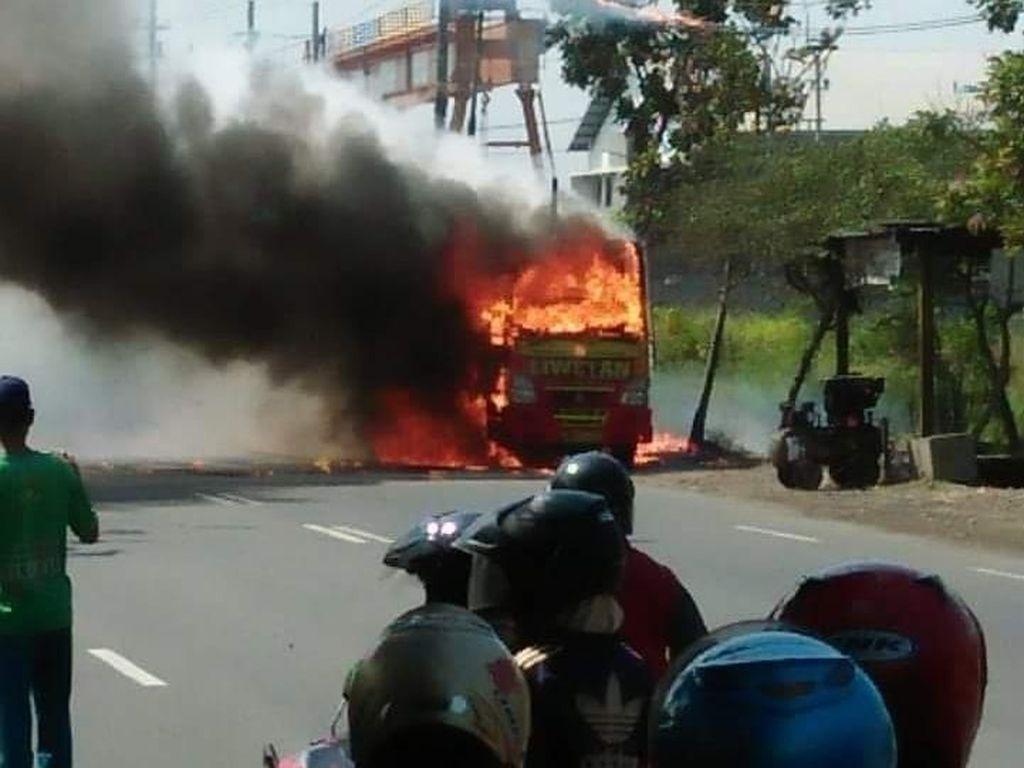 Truk Bermuatan Kaporit Terbakar di Prambon Sidoarjo