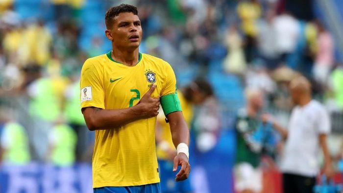 Pemain belakang Brasil, Thiago Silva, menjadi salah satu bek yang terpilih setelah mendapatkan suara 37.017 (28,7%). Foto: Michael Dalder/Reuters