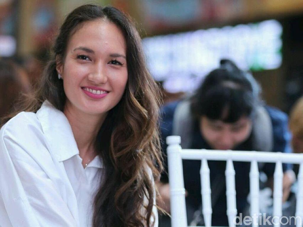 Nadine Chandrawinata Sebut Bendera Robek Itu Sudah Lama Berkibar di Wayag