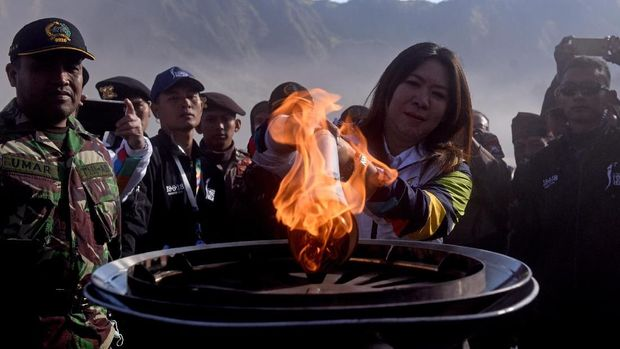 Susy Susanti menyalakan mini kaldron dengan api Asian Games 2018