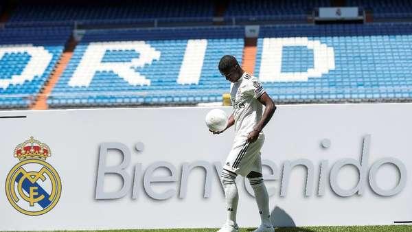 Ronaldo Sambut Vinicius Junior di Bernabeu