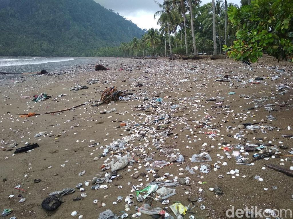 Pantai di Trenggalek Dipenuhi Sampah, Ini Penyebabnya