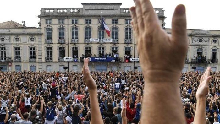 Inilah suasana Balai Kota Macon tempat perayaan gelar juara dunia 2018 yang merupakan kampung halaman penyerang Prancis Antoine Griezmann. (PHILIPPE DESMAZES/AFP PHOTO)