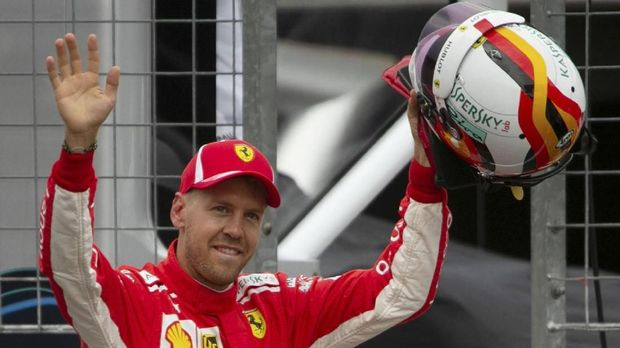 Sebastian Vettel kesulitan menyalip duo Mercedes.