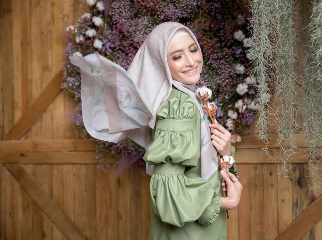 Deretan Gaya Elegan Inneke Koesherawati Pakai Hijab Motif