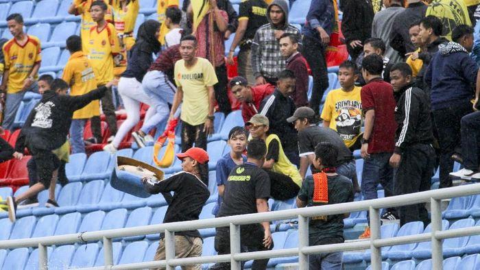 Aksi oknum Sriwijaya FC melakukan perusakan Stadion Gelora Sriwijaya, Jakabaring Sport City. (Foto: Nova Wahyudi/Antara Foto)