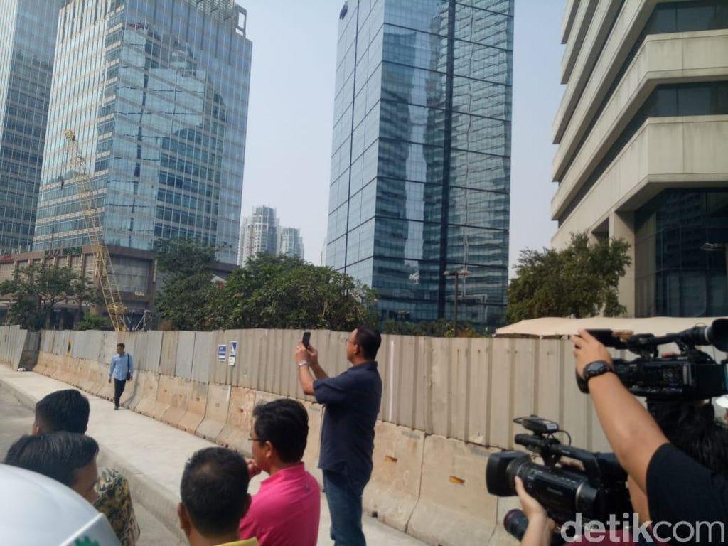 Anies Foto-foto Pengerjaan Trotoar di Sepanjang Sudirman